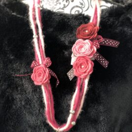 Collana in feltro con rose